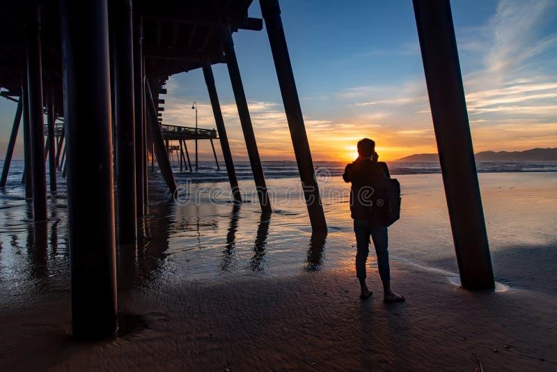 在Pismo海滩,加利福尼亚的旅游看的日落 免版税库存图片