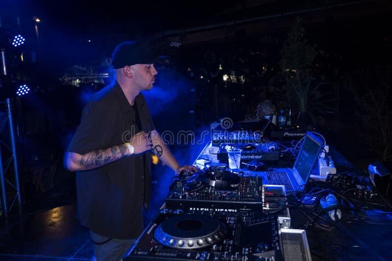 在pjeshka节夜演奏音乐的DJ 库存照片