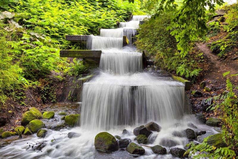 在Planten联合国Blomen公园落下瀑布在汉堡 库存图片