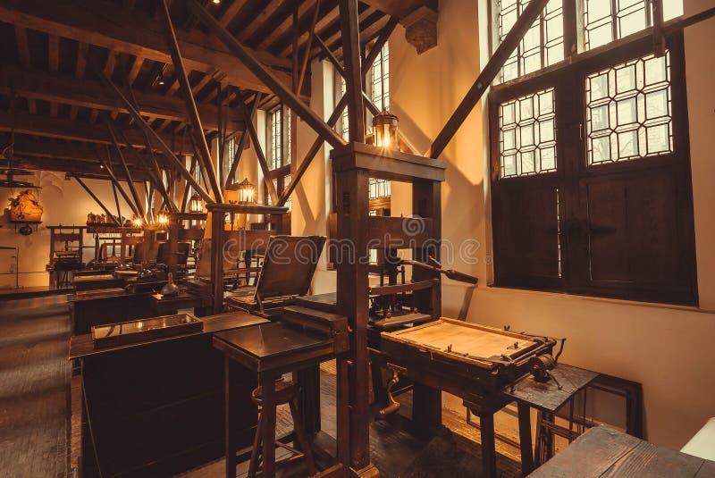 在Plantin-Moretus打印博物馆,联合国科教文组织世界遗产名录站点里面的减速火箭的印刷机器 免版税库存照片