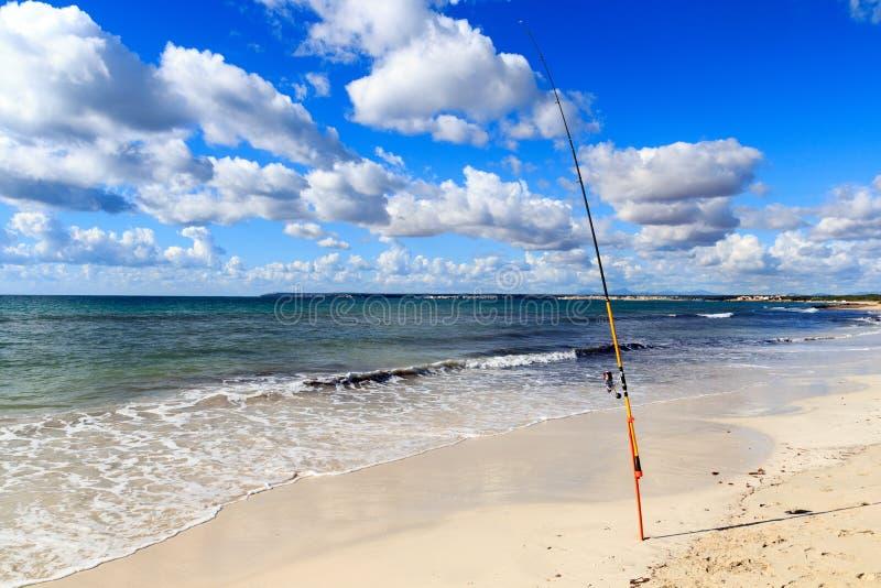 在Platja ES Trenc的钓鱼竿使全景和地中海靠岸马略卡的 免版税库存照片