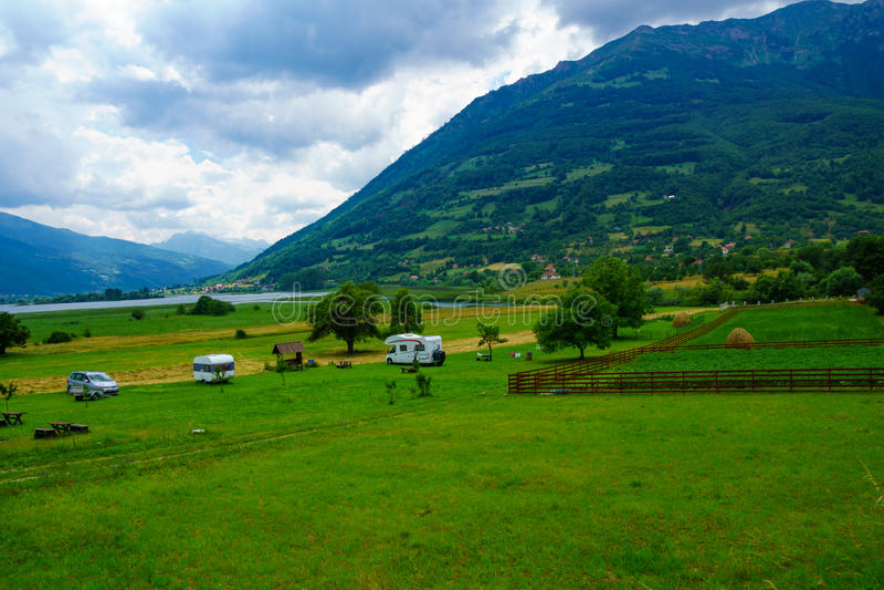在Plav湖附近的野营地 库存图片