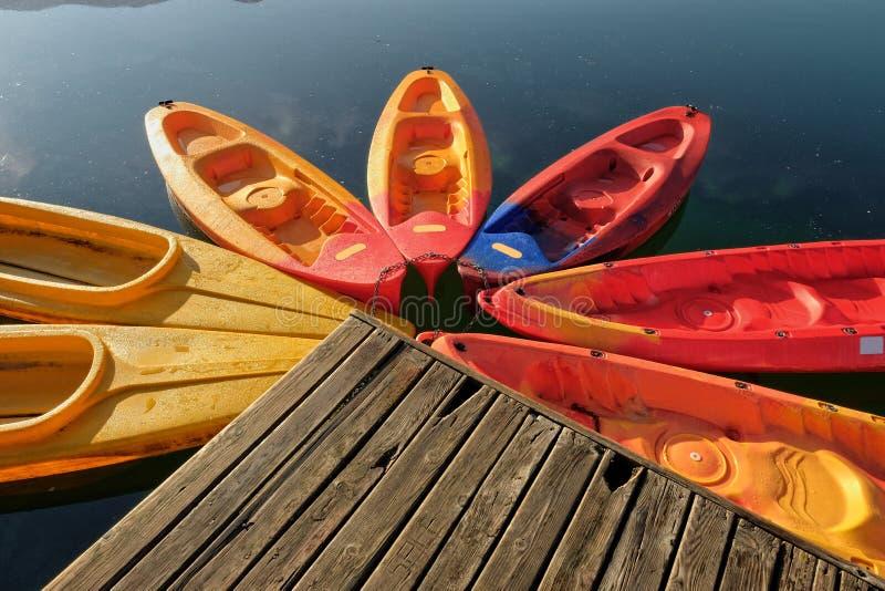 在Plav湖靠码头的五颜六色的小船,黑山 库存图片