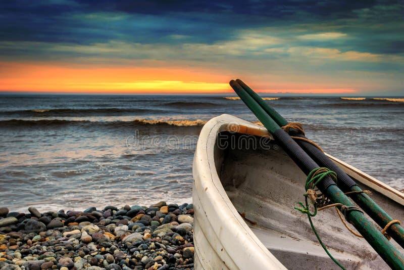 在Playa威基基的划艇在利马,日落的秘鲁 免版税库存图片
