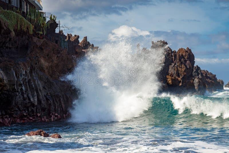在Playa de Arenas 2011年2月21日特内里费岛的岩石海岸线 免版税库存图片