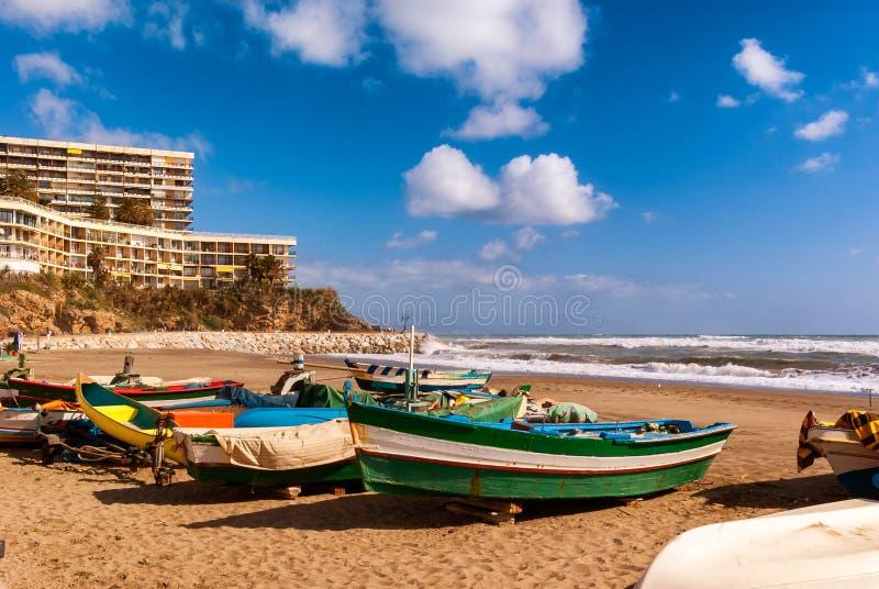 在Playa de la Carihuela岸的渔船在托雷莫利诺斯角,马拉加, 库存图片