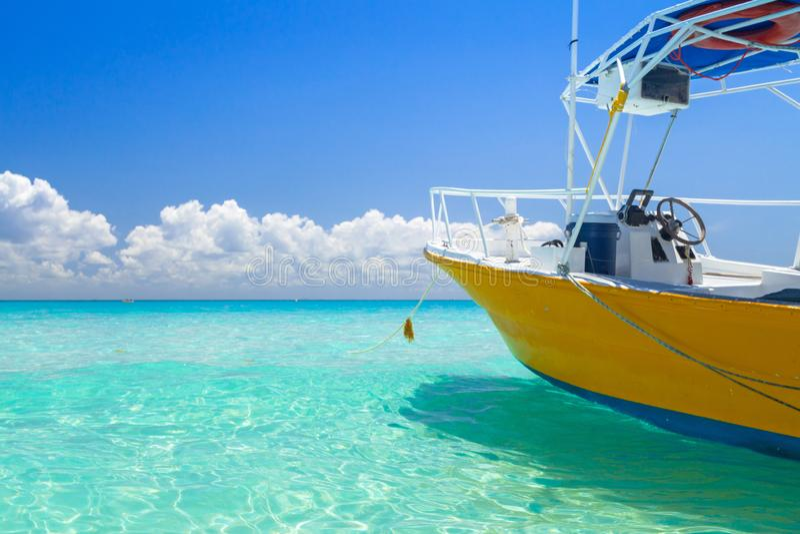 在Playacar海滩的黄色快艇在墨西哥的加勒比海的 免版税库存照片