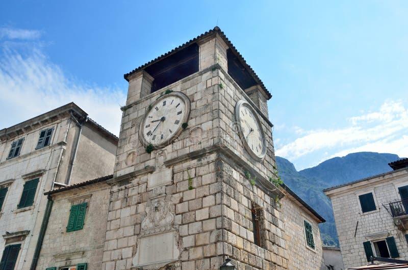 在Plaza de阿玛斯的钟楼在老镇科托尔,黑山 免版税库存图片