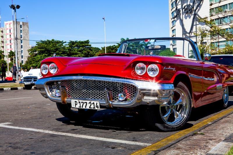 在Plaza de la Revolucion,哈瓦那,古巴的经典汽车 库存图片