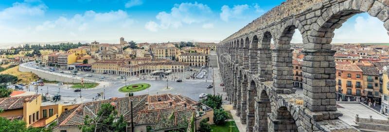 在Plaza del Azoguejo和历史的罗马渡槽的全景 免版税库存图片