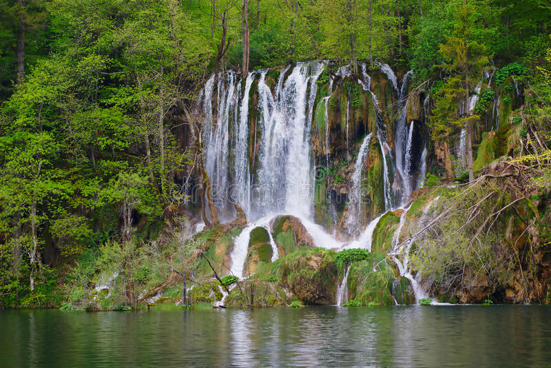 在Plitvice湖的上部瀑布在春天 图库摄影