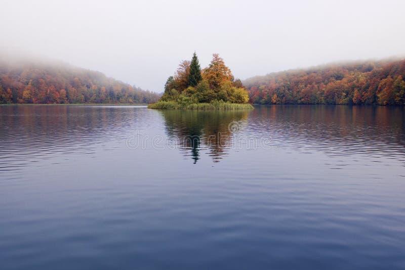 在Plitvice湖的秋天雾 免版税库存图片