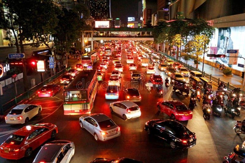在Ploen少女路-曼谷,泰国的夜交通 免版税库存图片