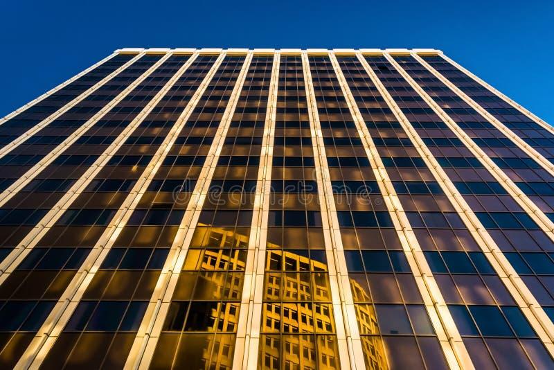 在PNC银行大楼的晚上光在街市威明顿, D 库存照片