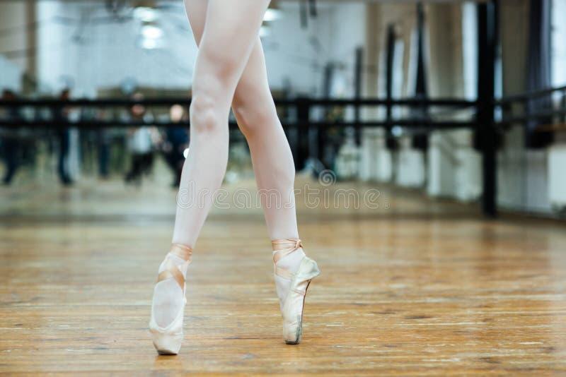 在pointe的女性腿赶走在脚趾的身分 免版税库存照片