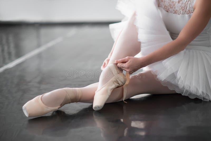 在pointe的跳芭蕾舞者腿穿上鞋子特写镜头 图库摄影