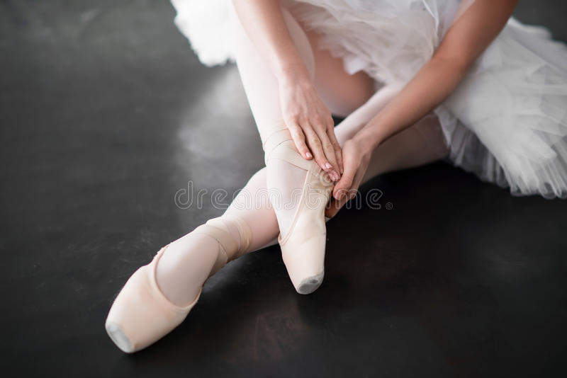 在pointe的跳芭蕾舞者腿穿上鞋子特写镜头 库存照片