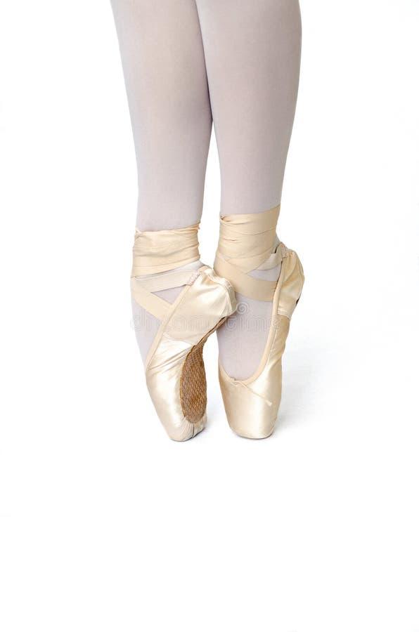 在pointe被隔绝的白色背景的芭蕾舞女演员的腿 图库摄影