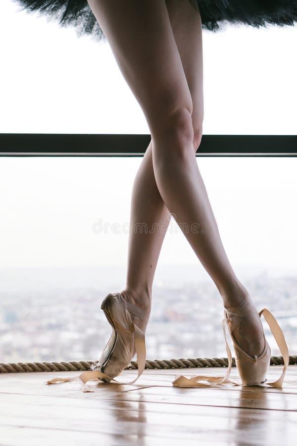 在pointe鞋子的苗条芭蕾舞女演员脚 免版税图库摄影
