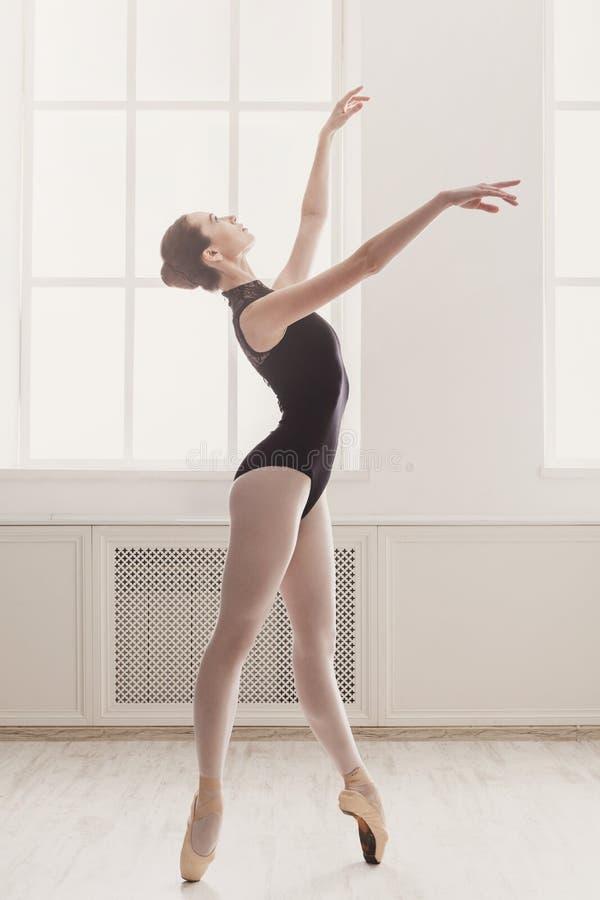 在pointe,经典芭蕾的美好的芭蕾舞女演员舞蹈 免版税库存图片