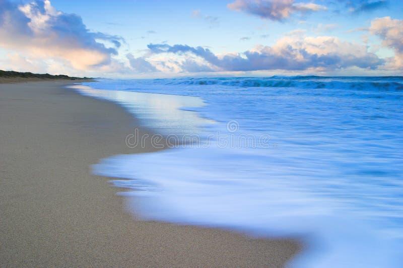 在Polihale海滩的日出在考艾岛,夏威夷 免版税图库摄影