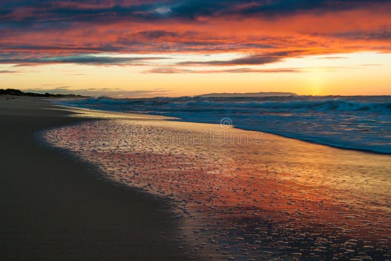 在Polihale海滩的日落在考艾岛,夏威夷 库存照片