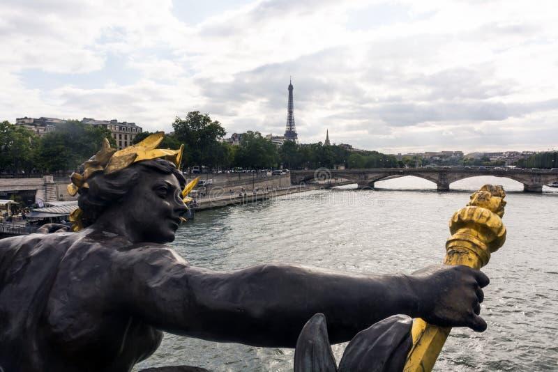 在Pont亚历山大三世,巴黎,法国的雕象 库存照片