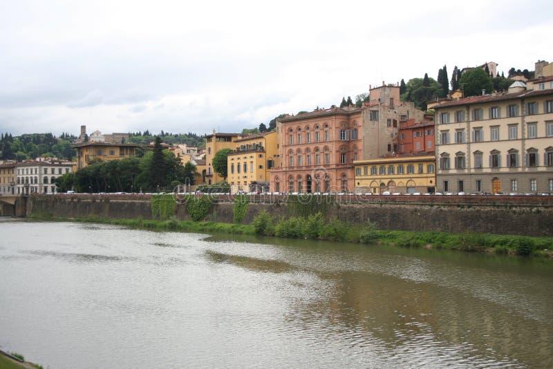 在Ponte Vecchio附近的议院在佛罗伦萨,意大利 图库摄影