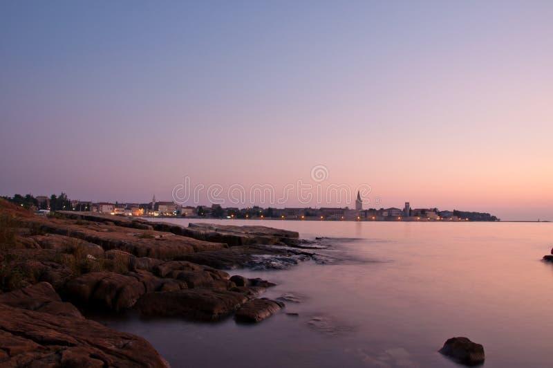 在Porec城镇附近的黄昏克罗地亚海岸线的 库存照片