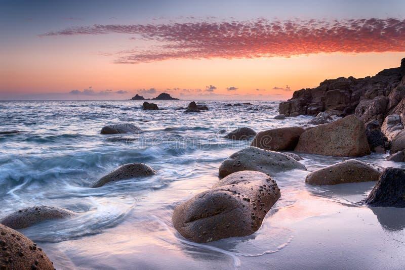 在Porth Nanven小海湾的日落在康沃尔郡 库存图片