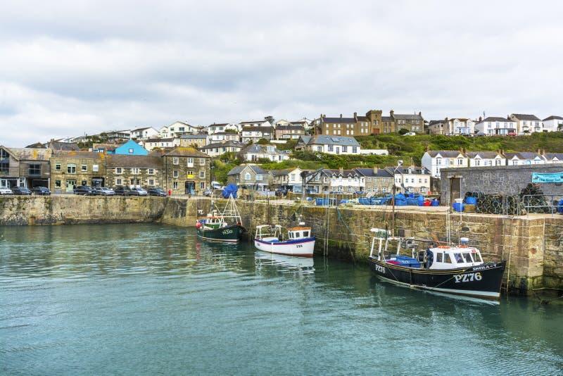 在Porthlevan历史的捕鱼港口的渔船 库存照片