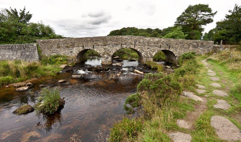 在Postbridge的拍板桥梁Dartmoor的在德文郡,英国,英国 库存图片