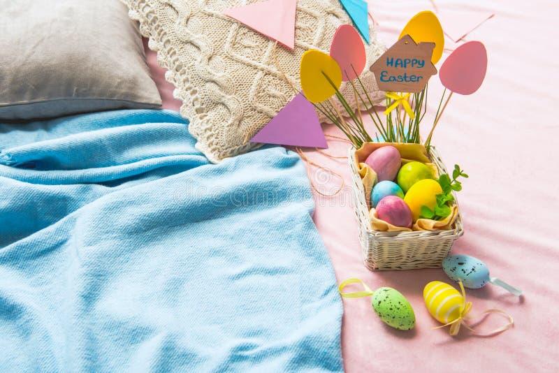 在pottle的色的被绘的鸡蛋 库存图片