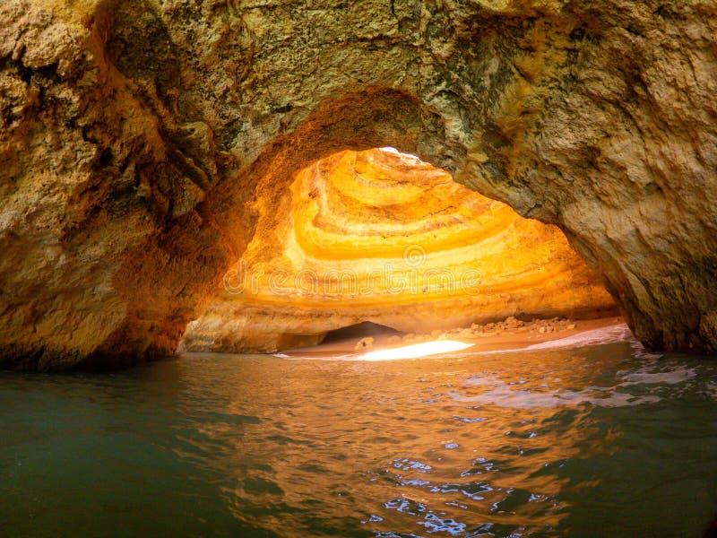 在Praia de Benagil,阿尔加威葡萄牙的洞 岩层和洞在大西洋外套  免版税库存图片