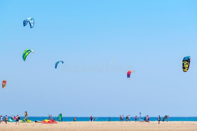 在Prasonisi海滩的Kiteboarders 罗得岛,希腊 库存图片