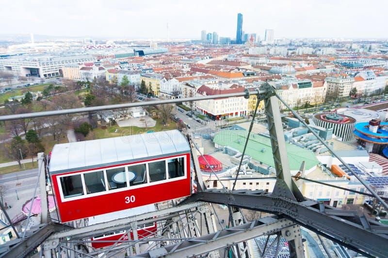 在Prate的熏肉香肠Riesenrad维也纳弗累斯大转轮红色客舱 图库摄影