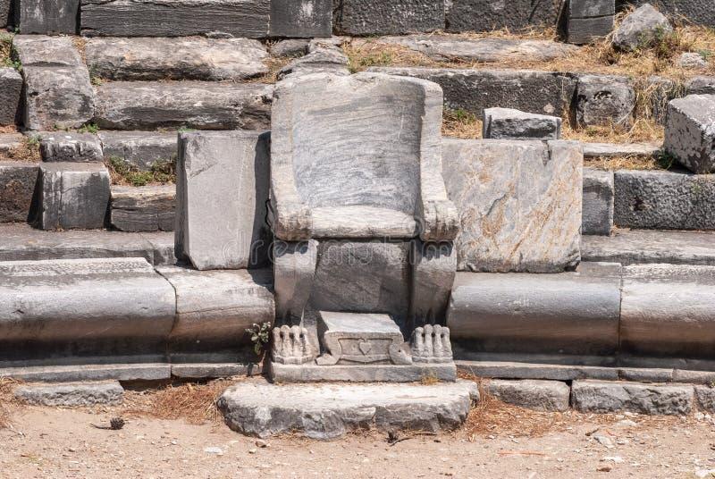 在Priene古老站点被破坏的剧院的大理石位子在土耳其 免版税库存照片