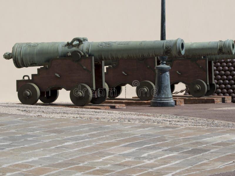 在Prince& x27的老大炮; 摩纳哥的s宫殿 免版税库存图片