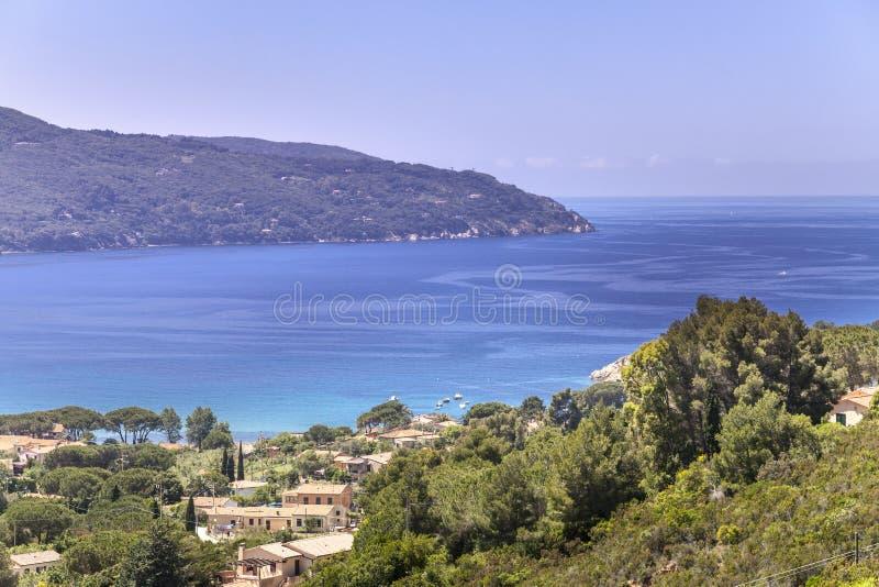 在Procchio村庄,北海岸,厄尔巴岛,托斯卡纳,意大利附近环境美化 图库摄影