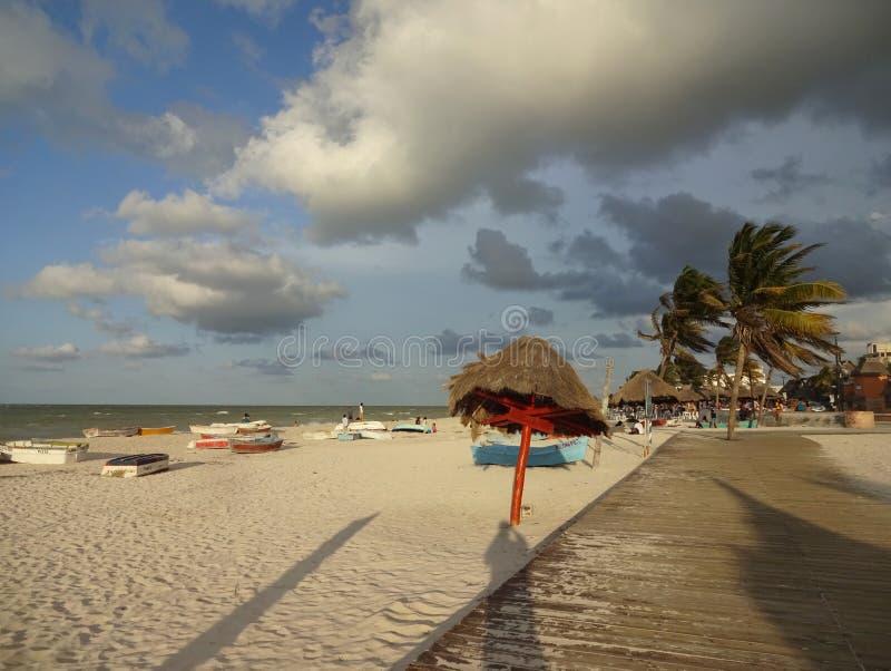 在Progresso海滩的有风日落 免版税库存照片