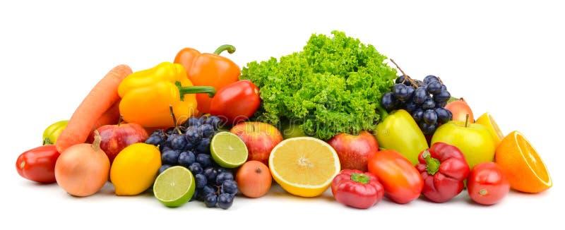 在proj的白色隔绝的大堆成熟水果和蔬菜 免版税图库摄影