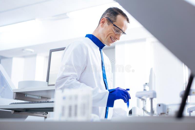 在PSA的喜悦的英俊的实验员测试 免版税库存照片