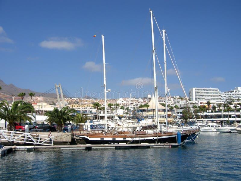 在Puerto冒号特内里费岛坎那利岛口岸停泊的游艇  免版税库存照片