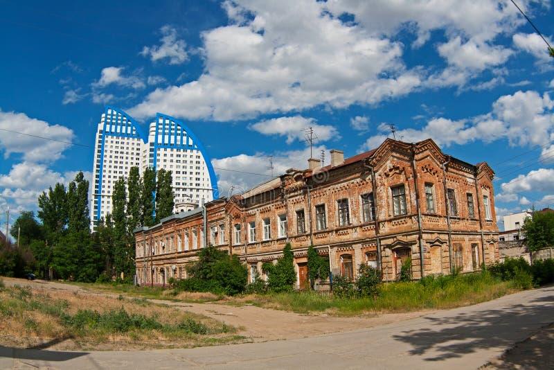 在Pugachevskaya街上的老和经典大厦在`附近伏尔加河的新的大厦在伏尔加格勒航行` 免版税库存照片