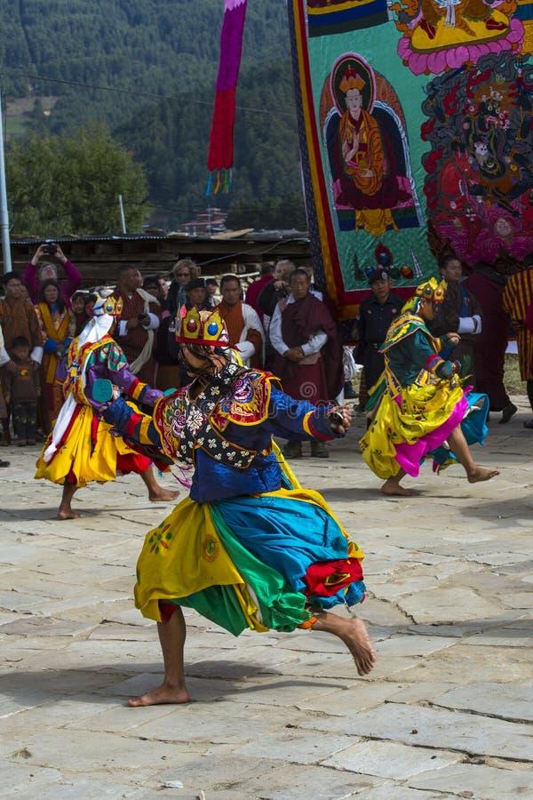 在Puja,舞蹈家的可汗舞蹈移动圈子,班坦,不丹中部 免版税库存图片