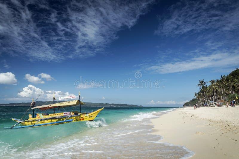 在puka海滩的游船在热带博拉凯海岛philippin 库存图片