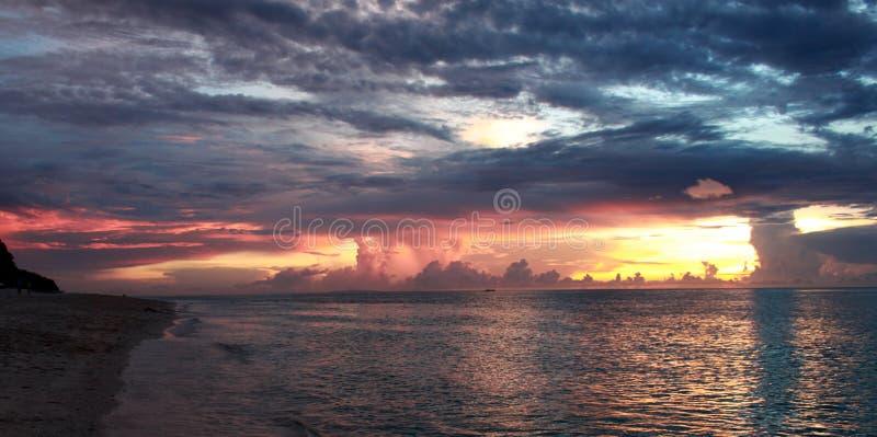 在Puka海滩的日落 免版税库存照片