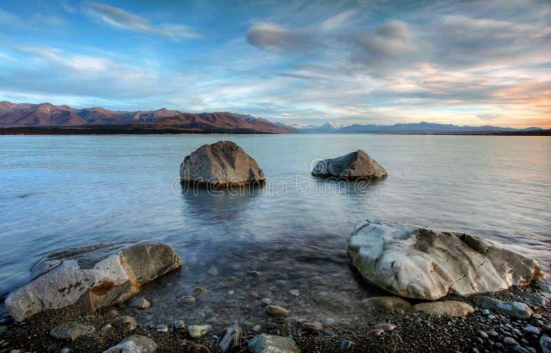 在pukaki日出的湖 免版税库存照片