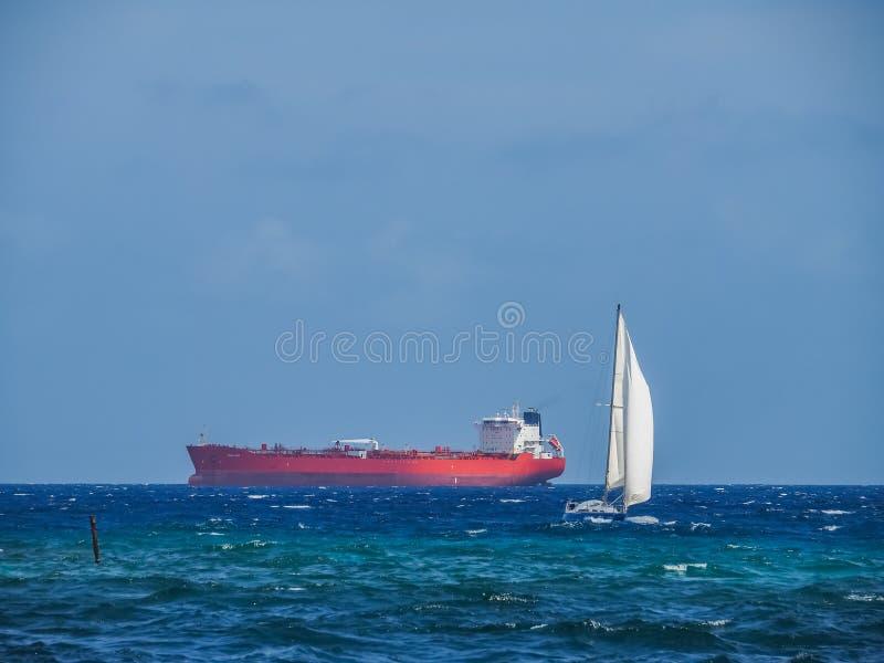 在Punda库拉索岛景色附近的小船 免版税库存图片