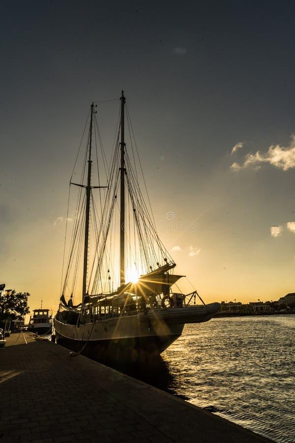 在Punda的日落有在太阳的小船的 库存图片